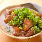 赤身の多い筋肉を使いじっくりと煮込んだ、旨みたっぷりの『牛すじの煮込み』。甘辛く炊いた軽いすき焼風味で、お酒に良く合う一品です。