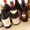 世界各国から厳選、常時50種ほどのワインがそろっています