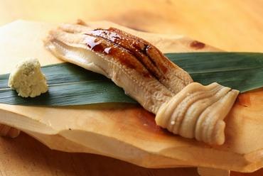 お店の一番人気メニュー。丁寧に料理した穴子を贅沢に使い、うまさを存分に味わえる『穴子一本』