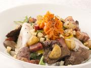 鶏レバー、心臓、ニシンのマリネ、ミュゾ(豚鼻づらのハム)など。ロケット(ルッコラ)とたんぽぽのサラダ