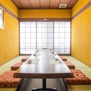 落ち着いた黄金色の塗り壁に「吟遊詩画人・泉椿魚氏」の絵画が掛かった「椿の間」。 非日常的時間に酔いしれてください。6~10名様の個室は1部屋のみ。要予約。