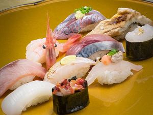 鮮度抜群! 多彩な旬魚の旨みを味わえる『のど黒の入った地魚たっぷり寿司十貫』