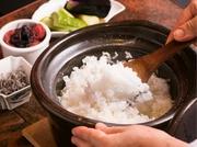 [特A]の中からその時一番美味しい銘柄のお米で炊く『炊きたて土鍋ごはん』。土鍋炊きならではのおこげも魅力。手作りの塩辛や昆布、梅干しと共に信州伊那谷の平飼い卵を使用した卵かけご飯は大好評!