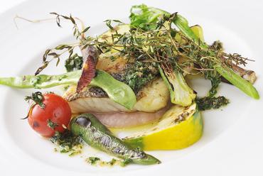 魚と野菜の両方を堪能できる『長井産 スズキのオーブン焼き 香草オイルソース地野菜添え』
