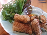 編目の春巻の皮で海老や豚肉を包んで揚げた人気の一品。パリパリの食感と香ばしさは、やみつきになります。さっぱりとした甘酢タレでハーブと野菜に巻いてお召し上がり下さい。