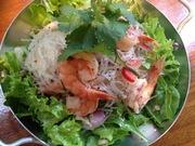 タイの春雨サラダ。海鮮や鶏肉を茹でたての春雨と一緒にチリやニンニク、ナンプラーの入った辛いタレと和えています。ちょっと温かい状態で食べるサラダです。