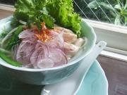 """生姜や葱と一緒にコトコト煮込んだ鶏ガラスープはベトナムのお米の麺"""" フォー"""" のやわらかい食感と相まってほっとする優しい味です。"""