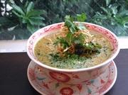 タイチェンマイの名物麺料理。マイルドなチキンココナッツイエローカレーに中華麺を入れ、上に揚げた麺を乗せます。2種類の食感を楽しんで食べる麺料理。