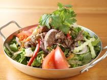 お腹も心も満たされる『牛肉とトマトのスパイシーサラダ』