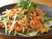 「センレック」というお米の麺を使ったタイ風焼きそばです。ナンプラーの風味と海鮮の旨味が相まって、想い出に残る味に出会えます。