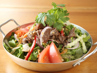 フレッシュな野菜と、タイやベトナムのハーブ
