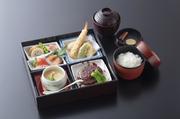 当店の懐石料理を、お弁当にまとめました。お時間の御急ぎの御客様におすすめです。取肴、御造り、天ぷら、煮物、茶碗蒸し、御飯、吸い物、デザート付き
