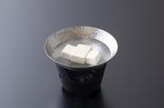 二段の重箱弁当です。一段目に煮物、二段目に取肴、御飯、御吸い物付き。生麩や湯葉、出し巻き玉子やひろうす、など京都の食材をふんだんに使用しております。
