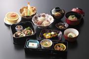 紅葉重膳に当店名物の胡麻豆腐が付き、三段重にて、おもてなし致します。秋の一番人気メニューです。