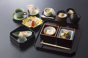 団体のお客様用(20名様以上)の、特別料理となります。湯豆腐付き、生湯葉刺身付き、お造り付、天ぷら付き、茶碗蒸し、等、追加料金にてご用意しております。 旅行会社様用の、おまかせ料理も承っております。
