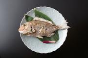 京都の夏の風物詩、鱧を湯引きです。特製の梅肉でお召し上がりください。