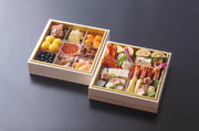 車海老御膳寿司、和牛ローストビーフ、合鴨ロース煮、等の御料理を加えた、三段重です。6名様分を盛り込んでおります。限定15食です。