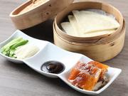 贅沢な逸品をフードコートで食べることができる斬新なメニュー。中国パンではなく、レストラン風に薄餅でいただきます。