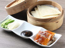 パリッとした皮とジューシーな肉を甘めの味噌でいただく『北京ダック三昧』