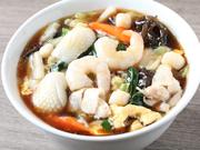 魚介・野菜・お肉とバランスに優れた食材は、ボリューム満点。醤油ベースのとろみスープと麺が良く絡みます。