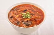 冷たい麺の上にたっぷりとのせられる熱々の甘じょっぱい味噌ダレ。食べるごとに食欲が増していきます。