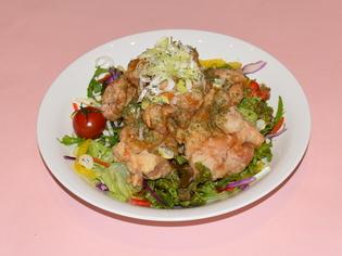甘みと酸味、鶏肉の旨味が混ざり合う絶品『油淋鶏』