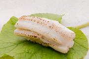 「煮詰め」と「塩」が一貫ずつ夫婦セットの穴子。沖縄の塩を使った塩味の穴子は、ここだけの格別な味わい。