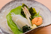 網走産の生の白魚と佐呂間湖のウニ、長崎産の青のりとワカメの小鉢。素材そのものの風味と旨みが抜群で何もつけないで食べても美味しいです。自家製しょうゆをかけてショウガを添えると違った美味しさが楽しめます。
