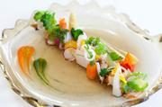 県産のサザエやヒメジャコを中心に、天使のエビや沖縄野菜を盛り付けた一品。島大根やわさび菜など、季節の旬の野菜もたっぷり味わえます。※写真はイメージです
