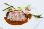 マスタードソースとフランス産のきのこをたっぷり盛りつけた『あぐー豚のロースト』