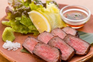 和牛ならではの豊かな風味を炭火焼で封じ込めた 『いけだ牛イチボ肉炭火焼』