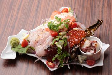 北海道の新鮮な海の幸をたっぷりと味わえる『朝獲れカルパッチョ盛り合わせ』