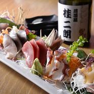【桂 二朗】の魅力の一つは新鮮な魚介類。毎日市場から直接仕入れ、鮮度には強いこだわりを持っています。お刺身やお寿司で感じられる他、『本日の白身』などその日のおすすめメニューなどもご用意しております。