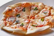 『二朗ちゃんピザ』は、オーダーが通ってから生地を伸ばす本格派