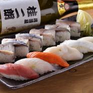 店主自ら〆る、経験と技術から生まれる絶品『サバの押し寿司』と、毎日市場から直接仕入れる鮮度抜群の『おまかせ握り寿司』。【桂 二朗】でぜひ頼みたい定番のメニューです。