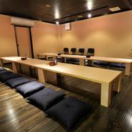 落ち着いた木目調のフローリングの座敷は、30名収容の広々とした空間。個室として仕切ることができ大人数の宴会にも最適です。10名からのご利用にも個室としての相談が可能。親しい仲間との集まりに!