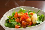 熱々のドレッシングが旨味を引き出す『ホーレン草のアツアツドレッシングサラダ』