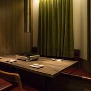 落ち着いてお食事を頂けるように配慮をしております。清潔感のある空間とお客様目線の細やかなサービスを。大切なシーンでも安心してご利用頂けます。