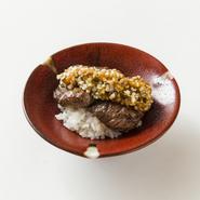 うしごろ貫イチオシの極上希少部位の赤身肉。 ヒレのような柔らかさ、ハラミに似たジューシーな肉汁と憎々しい食感が 特製秘伝だれと絶妙に絡んだ極上の一皿です。 ご飯と一緒にどうぞ。
