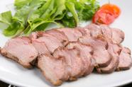 温燻した鴨肉本来の旨味が味わえる『鴨ロース(オレンジバルサミコソースがけ)』