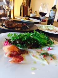生ハム&前菜盛り合わせに野菜のバーニャカウダ、パスタはもちろん生パスタ