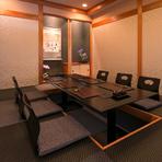 足元が楽な掘りごたつ式の個室は、琉球畳を使用したシックな色調で統一。心地の良さを感じさせ、接待や記念日など大切な人とゆっくりと食事も会話も楽しみたいひとときにおすすめの空間です。