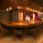 目の前で繰り広げられる料理人の手さばきが見えるように施されているカウンター席。食材選びや手間に惜しみなく力を注ぐ料理人との会話を楽しみながら逢坂流のスタイルが満喫できる特等席です。