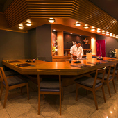 料理人の手元が見える、臨場感溢れる広々としたカウンター席
