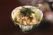 ナッツ類のコクが出たこだわりのたれが絡んだ「鯛刺し」が絶品。「鯛刺し」は、そのままでまずは旨みを味わい、その後ご飯の上にのせて濃い目のお茶を注ぎ食べるのが料理人おすすめの食べ方です。