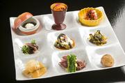 春はホタルイカ、菜の花、夏はモロコシ豆腐、秋はキノコ、冬は白子といった旬食材の旨味を活かしアレンジした品々が9種類。色とりどりにうつくしく盛り付けられており、舌だけでなく目も満足させてくれます。