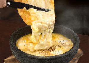 チーズの底力を感じられる『チーズ屋さん本気の石焼チーズリゾット』