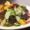 チーズとジビエ料理のコラボ『鹿の生ハムとフレッシュチーズのサラダ』