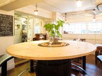 円卓のお席はハイテーブルのお席です。