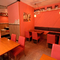 落ち着きあるサーモンピンクの壁が印象的